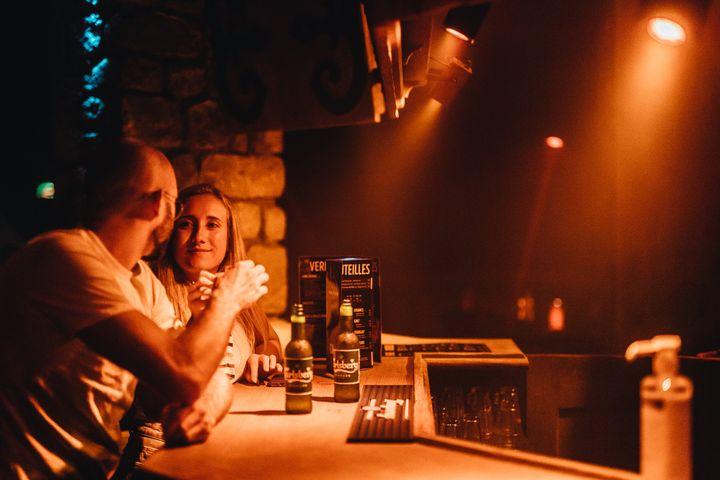 Deux personnesboivent leur premier verre de la soirée au bar de l'étage. (PIERRE MOREL / FRANCEINFO)
