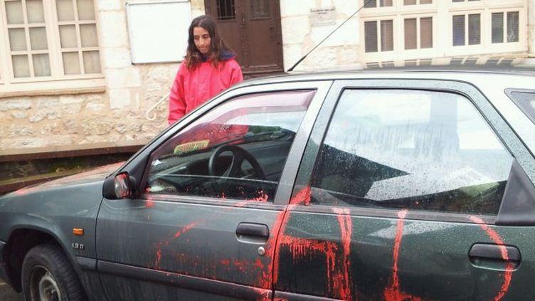 La voitureMarie Chantepie, candidate sans étiquette aux élections départementales dans le Tarn, a découvert son véhicule avec les pneus crevés et des tags sur la carrosserie. (M. BRISSE / FRANCE 3 MIDI-PYRENEES)