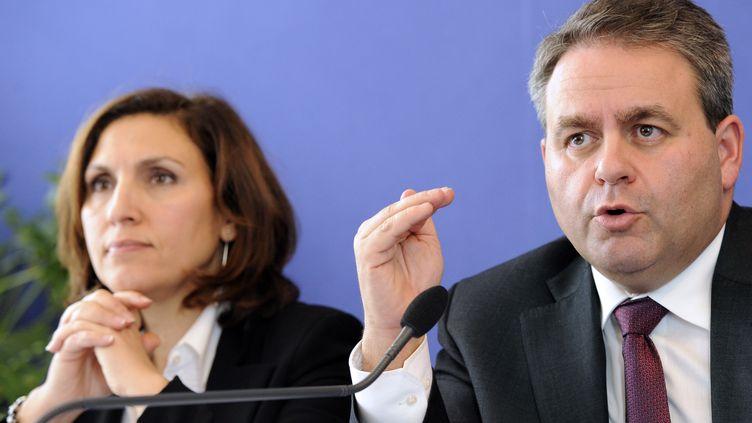 Le ministre de la Santé, Xavier Bertrand, et la secrétaire d'Etat à la Santé, Nora Berra, le 16 novembre 2010, à Paris. (BERTRAND GUAY / AFP)