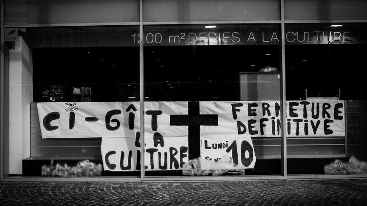 Des banderoles annoncent aux clients la fermeture définitive de la librairie Chapitre de Montbéliard (Doubs), le 6 février 2014. ( MAXPPP)