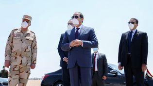 Le président égyptien,Abdel Fattah al-Sissi (au centre), porte un masque lors d'une visite sur une base aérienne militaire à l'est du Caire le 7 avril 2020. (AFP / EGYPTIAN PRESIDENCY)
