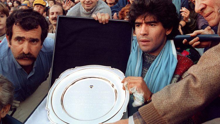 À la suite de la victoire de l'Argentine à la Coupe du monde de football en 1986, Diego Maradona reçoit des supporters argentins, un plateau célébrantce succès. (DANIEL LUNA / AFP)