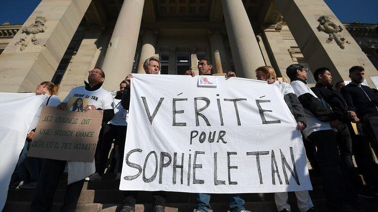 Des proches de Sophie Le Tan manifestent devant le tribunal de Strasbourg (Bas-Rhin), le 5 octobre 2018. (FREDERICK FLORIN / AFP)