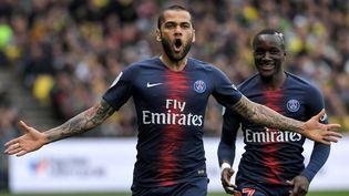 Le défenseur du PSG Dani Alvesjoueà Nantes, le 17 avril 2019. (LOIC VENANCE / AFP)