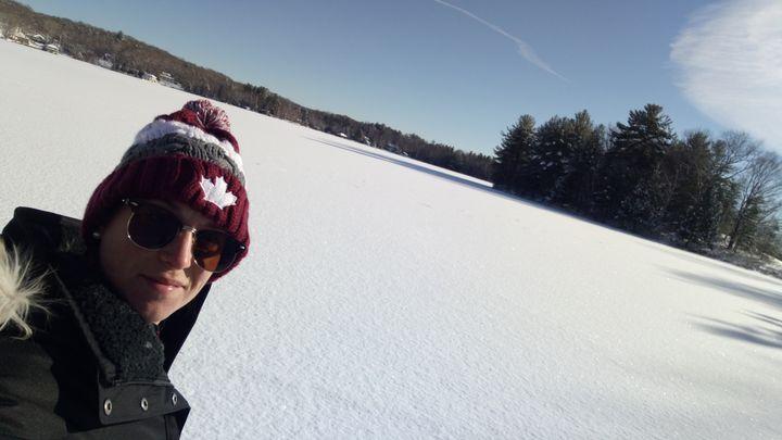 """Justine Guillon dans les paysages enneigés du Canada l'hiver.AToronto, la jeune Française, âgée de trente ans, est superviseure du""""Balzac Café""""et de ses neuf employés. (Photo DR)"""