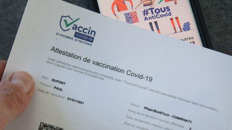 Une feuille d'attestation de vaccination contre le Covid-19. (Illustration). (JEAN-FRAN?OIS FREY / MAXPPP)