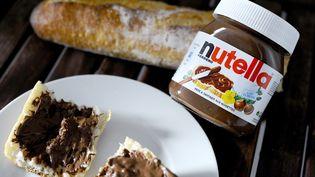 Le Nugtella reprend un packaging, un logo et un nom quasi-identiques à la pâte à tartiner Nutella. Sauf que ce produit, trouvable en Californie (Etats-Unis) contient de l'huile cannabis. (JOHANNA LEGUERRE / AFP)