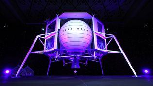 """L'alunisseur """"Blue Moon"""", présenté par Jeff Bezos, jeudi 9 mai 2019, à Washington (Etats-Unis). (MARK WILSON / GETTY IMAGES NORTH AMERICA / AFP)"""