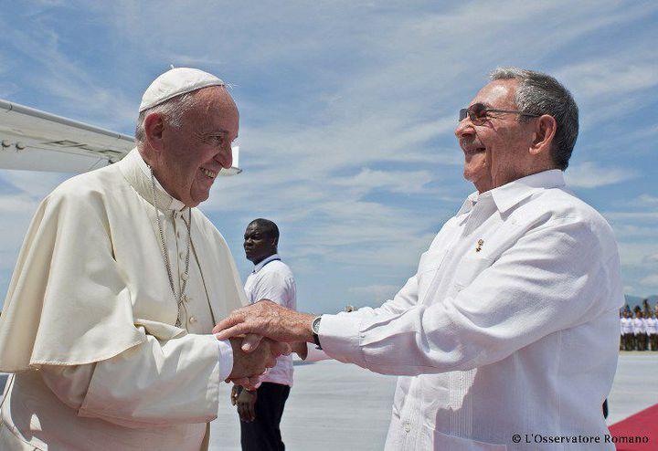 Raul Castro raccompagnant le pape François à l'aéroport de Santiago de Cuba le 22 septembre 2016. Le président cubain s'est dit très «honoré» d'accueillir à la Havane la rencontre historique entre le patriarche orthodoxe de Moscou et le chef de l'église catholique. (AFP PHOTO / OBSERVATORE ROMANO )