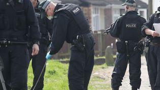 Des policiers sont sur les lieux de l'assassinat de la journaliste Lyra Mckee, le 20 avril 2019 àLondonderry, en Irlande du Nord (Royaume-Uni). (PAUL FAITH / AFP)