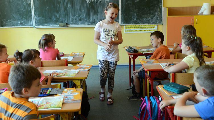 Une salle de classe en Pologne. (JANEK SKARZYNSKI / AFP)