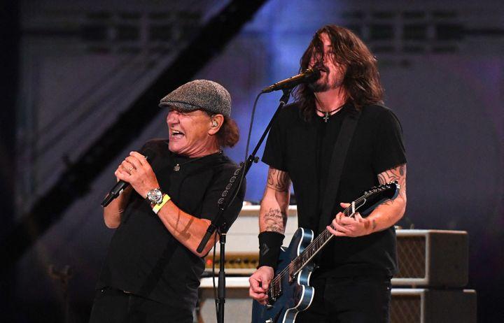 """Brian Johnson d'AC/DC et Dave Grohl des Foo Fighters au """"Vax Live"""" près de Los Angeles (2 mai 2021) (VALERIE MACON / AFP)"""