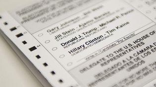 Un bulletin de vote pour l'élection présidentielle américaine du 8 novembre 2016, photographié à Washington D.C. (Etats-Unis). (SAUL LOEB / AFP)