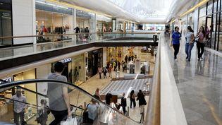 """Galerie commerciale """"Les Terrasses du Port"""" à Marseille (Bouches-du-Rhône) où l'on trouve des magasins franchisés, le 23 mai 2013. (FRANCK PENNANT / AFP)"""