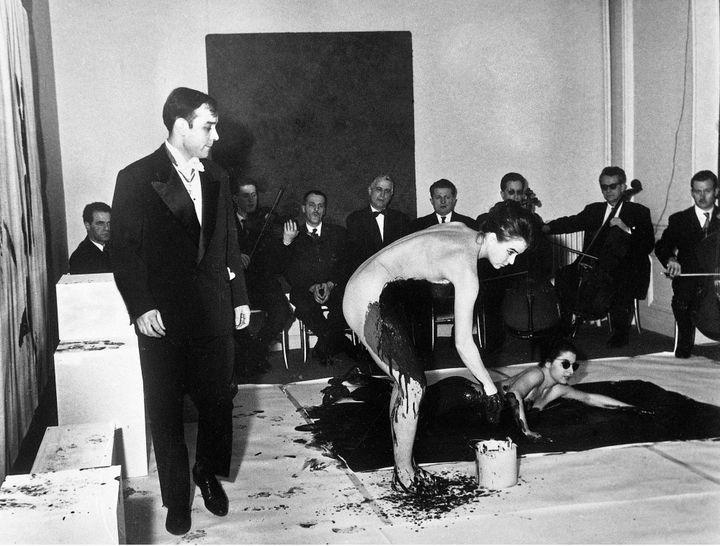 """1960 : Yves Klein pendant l'un des performances, les """"Anthropometries""""au Musée d'art moderne de la ville de Paris.  (DALMAS/SIPA)"""