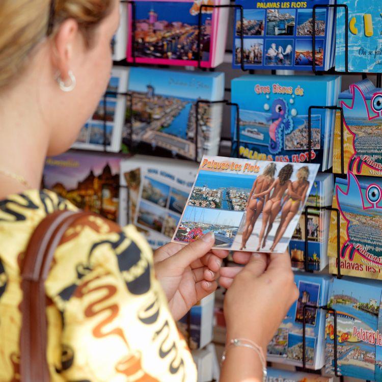 Une boutique vendant des cartes postales à Montpellier (Hérault), le 7 août 2018. (MAXPPP)
