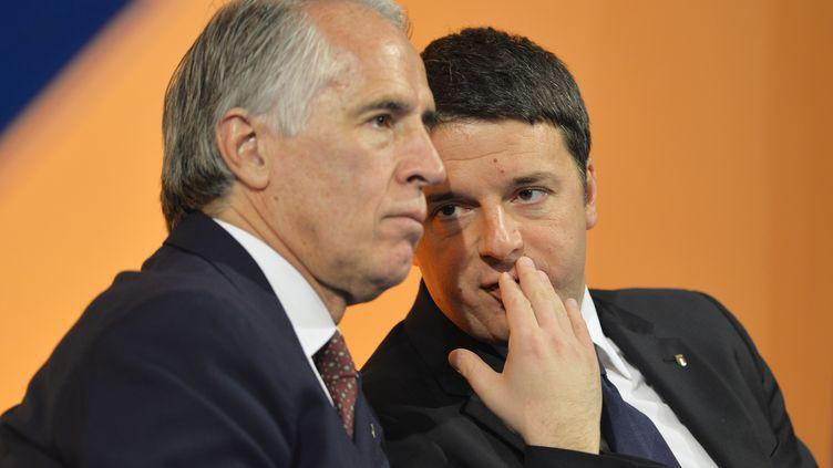 Giovanni Malago (à gauche), président du Comité Olympique Italien, et le premier ministre Matteo Renzi (ANDREAS SOLARO / AFP)