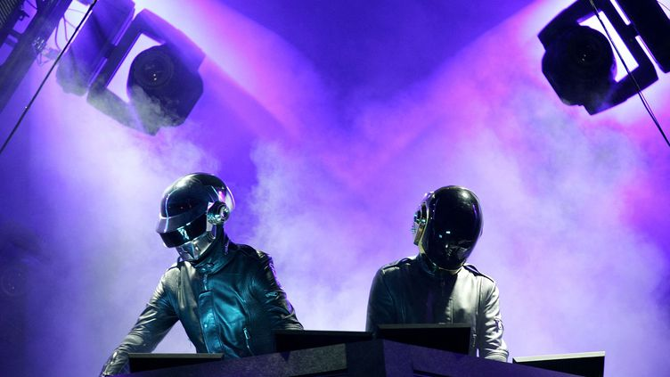 Le duo Daft Punk en concert au festival de Coachella, en avril 2006. (KARL WALTER / AFP)