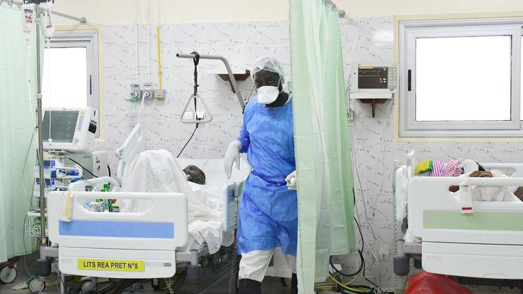 Le service de réanimation de l'hôpital Idrissa Pouyé de Dakar est saturé, alors que le nombre de nouveaux cas de contaminations au Covid-19 explose depuis le mois de juillet. (SEYLLOU / AFP)