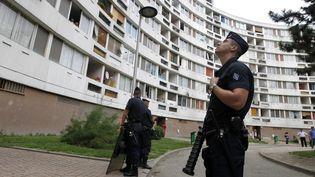 Des policiers dans une cité en banlieue parisienne, le 1 septembre 2011. (Photo d'illustration) (FRANCOIS GUILLOT / AFP)