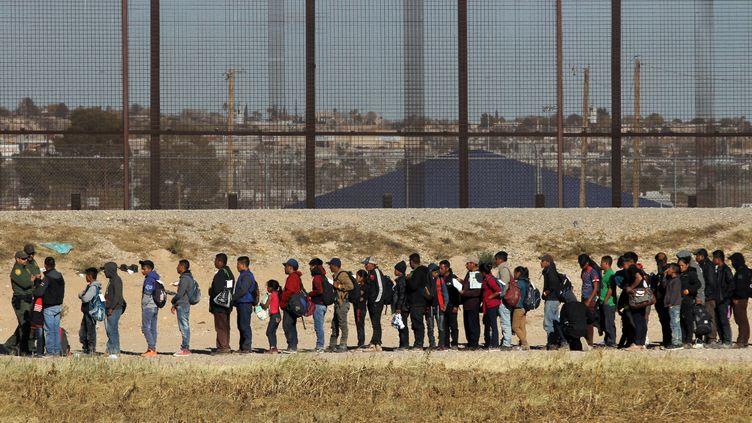 Près de 150 migrants d'Amérique centrale sont arrêtés par la patrouille des frontières, après être entrés aux États-Unis par le Rio Grande, le 3 décembre 2018. (HERIKA MARTINEZ / AFP)