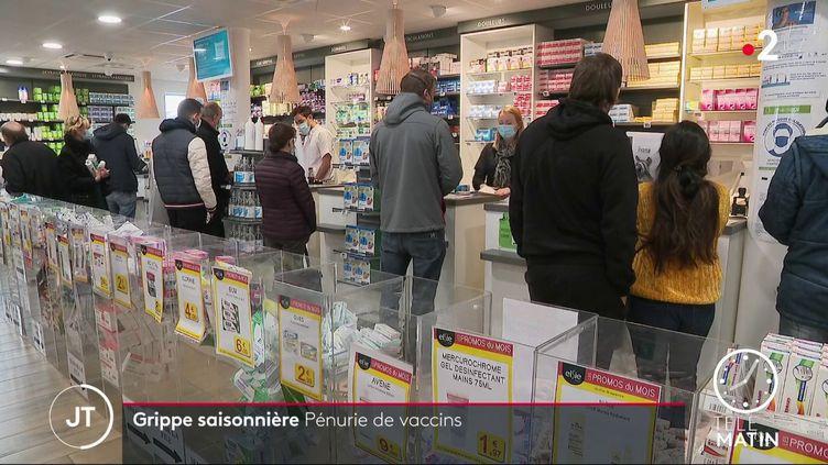 Des clients dans une pharmacie. (France 2)