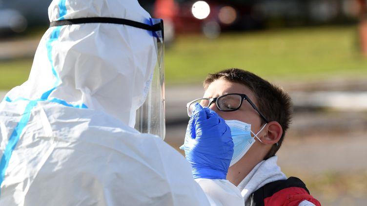 Un enfant se fait tester au Covid-19 à Zagreb, en Croatie, le 26 octobre 2020. (DENIS LOVROVIC / AFP)