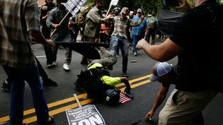 Des heurts ont éclaté, samedi 12 août, entre suprématistes blancs et militants antifascistes, à Charlottesville, aux Etats-Unis. (JOSHUA ROBERTS / REUTERS)