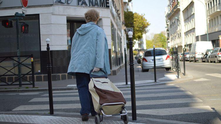 Une dame âgée va faire ses courses, durant le confinement, à Paris, le 9 avril 2020. (VICTOR VASSEUR / FRANCE-INFO)