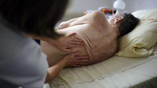 La coordination entre les médecins de ville et l'hôpital a permis de réduire de 15% le nombre de personnes âgées accueuillies aux urgences. (illustration) (JEAN-SEBASTIEN EVRARD / AFP)