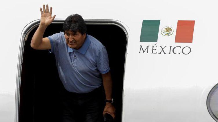 L'ancien président bolivien Evo Morales salue la foule à son arrivée au Mexique, le 12 novembre 2019. (LUIS CORTES / REUTERS)