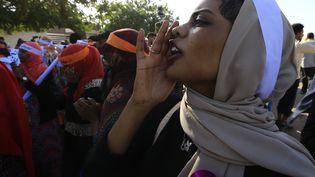 """Une soudanaise scandant """"liberté, paix et justice !"""" lors de la Journée internationale pour l'élimination de la violence contre les femmes, à Khartoum le 25 novembre 2019. (ASHRAF SHAZLY / AFP)"""