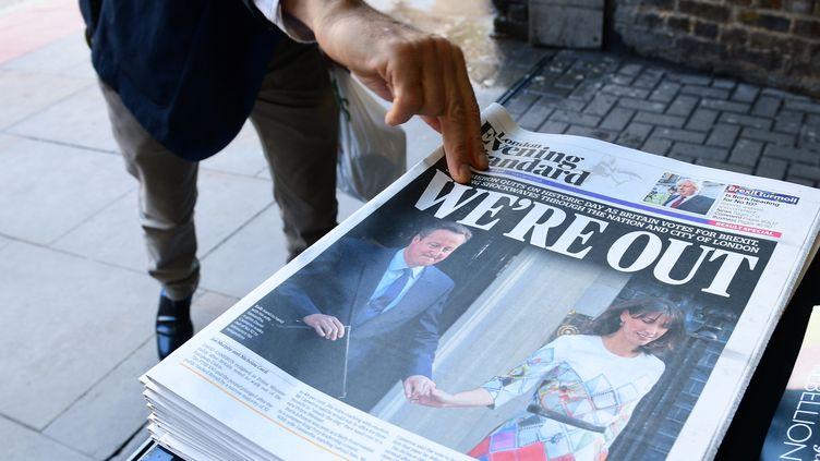 """Un homme prend un exemplaire du """"Evening Standard"""" le 24 juin 2016 à Londres, après le vote historique des Britanniques sur le Brexit. (LEON NEAL / AFP)"""