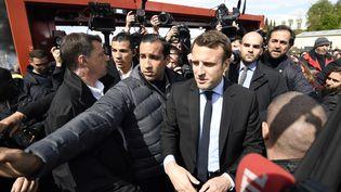 Alexandre Benallaassure la protection d'Emmanuel Macron lors de la campagne présidentielle, le 26 avril 2017, sur le site de l'usineWhirlpoolà Amiens (Somme). (ERIC FEFERBERG / AFP)