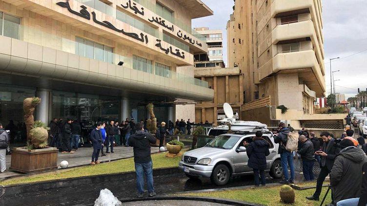 Devant le syndicat de la presse libanaise, à Beyrouth, le 8 janvier 2020 avant la conférence de presse de Carlos Ghosn. (NAOUFEL KHAOUAFI / FRANCEINFO)