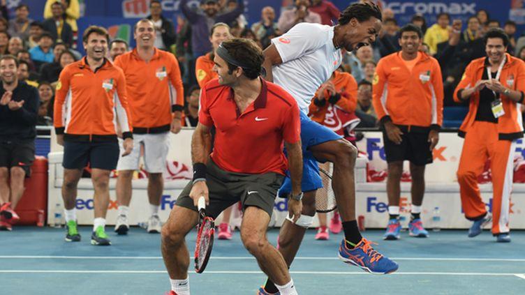 Adversaires il y a moins d'un mois en finale de Coupe Davis, Gaël Monfils et Roger Federer s'amusent en double à l'IPTL. (SAJJAD HUSSAIN / AFP)