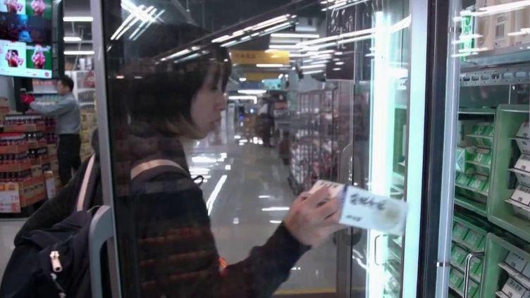 Au Japon,de nouveauxsupermarchés utilisent l'intelligence artificielle. Dans l'enceinte de ces établissements, les caméras analysent le comportement desconsommateurs. (France 2)