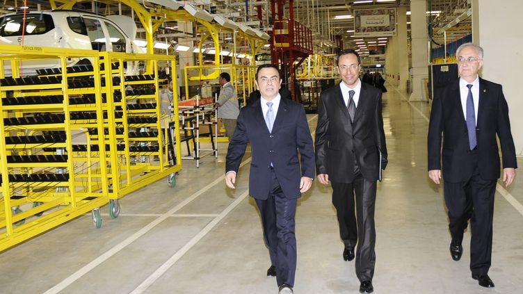 Le patron de Renault, Carlos Ghosn (à gauche) au côté de Tunc Basegmez (à droite), pendant une visite jeudi 9 février 2012 de la nouvelle usine de Melloussa, à 30 kilomètres de Tanger au maroc. (AFP /CHAFIK ARICH)