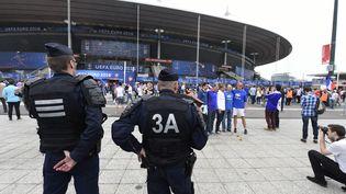 Des policiers surveillent les abords du Stade de France, le 10 juin 2016, avant le match d'ouverture de l'Euro entre la France et la Roumanie. (JEAN MARIE HERVIO / DPPI MEDIA / AFP)