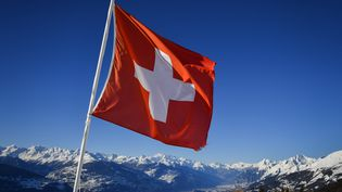 Le drapeau suisse flotte au dessus de Crans-Montana (Suisse), le 4 mars 2018. (FABRICE COFFRINI / AFP)