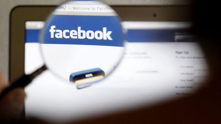 Le logo du réseau social Facebook pris en photo le 19 mai 2012. (THOMAS HODEL / REUTERS)
