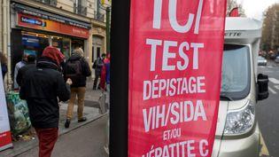 Une affiche pour promouvoir une unité mobile de dépistage du VIH à Paris, en novembre 2017. (BRUNO LEVESQUE / MAXPPP)