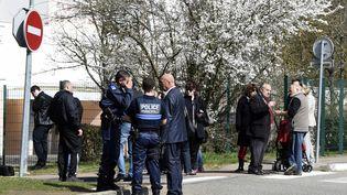 Des agents de police sont devantl'école Le Mas de la Raz à Villefontaine (Isère), le 24 mars 2015. (PHILIPPE DESMAZES / AFP)