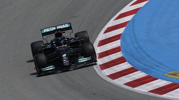 Lewis Hamilton remporte la deuxième session d'essais libres sur le circuit de Montmelo au GP d'Espagne, vendredi 7 mai 2021. (JAVIER SORIANO / AFP)