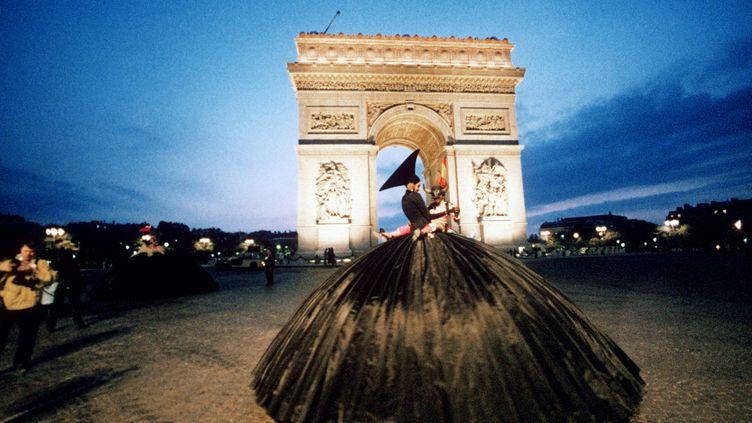 La parade imaginée par Jean-Paul Goude, sous l'Arc de Triomphe à Paris à l'occasion du bicentenaire de la Révolution française en 1989. (AFP)