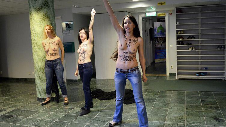 Trois Femen manifestent dans une mosquée de Stockholm (Suède), samedi 29 juin 2013. (JONATHAN NACKSTRAND / AFP)