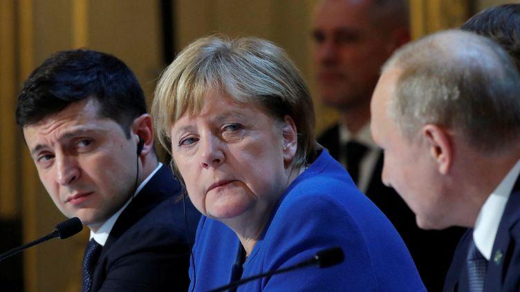 Le président de l'UkraineVolodymyr Zelensky et lachancelière fédérale d'Allemagne Angela Merkel regardent le président de la Russie Vladimir Poutine, lors du Sommet de Paris, à l'Élysée, en décembre 2019. (CHARLES PLATIAU / POOL)