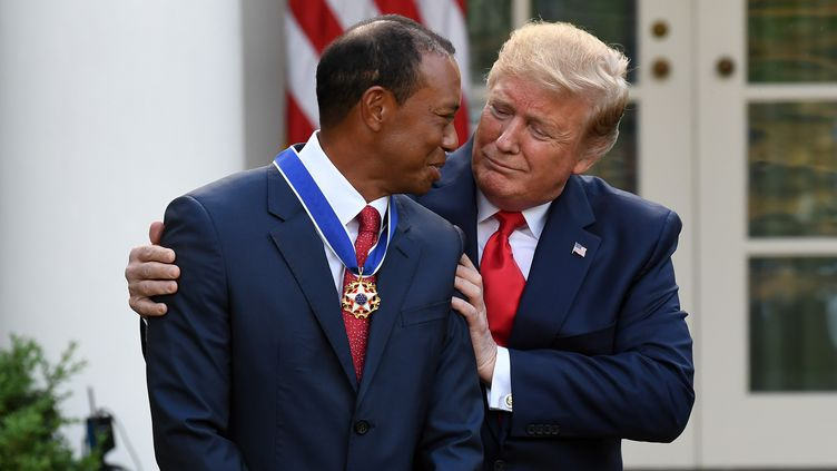 """Le président américain Donald Trump remet au golfeurTiger Woods la """"médaille de la liberté"""" lors d'une cérémonie à la Maison Blanche à Washington(Etats-Unis), le 6 mai 2019. (SAUL LOEB / AFP)"""