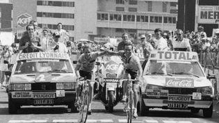 Le 21 juillet 1986, Bernard Hinault et Greg Lemond franchissent en vainqueurs la ligne d'arrivée à l'Alpe-d'Huez. (AFP)