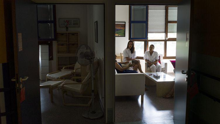 La famille d'un patient en soins palliatifs à l'hôpital d'Argenteuil (Val-d'Oise) rencontre un médecin et une psychologue, le 22 juillet 2013. (FRED DUFOUR / AFP)
